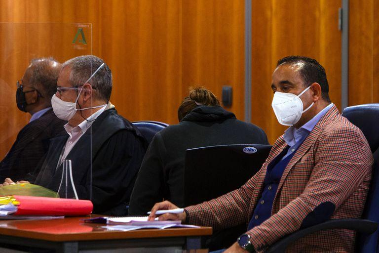 Sara, de espaldas, junto a su abogado durante el juicio en la Audiencia Provincial de Málaga.
