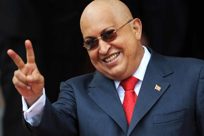 Chávez hace el símbolo de la victoria tras reunirse, el miércoles, con el ministro de Exteriores ruso.