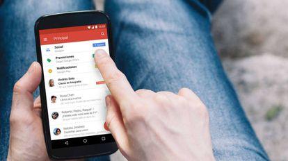 Un usuario consulta su gmail en una imagen de la compañia.