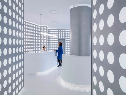 Interior del vestíbulo del Instituto de Microcirugía Ocular de Madrid./ Imagen Sublimibal (Miguel de Guzmán + Rocío Romero).