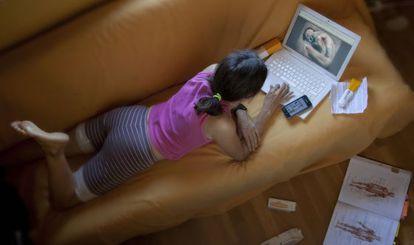 Las mujeres de 25 a 49 años son las que mas buscan temas de salud en Internet.