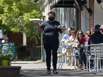 Una camarera en un restaurante de Chapel Hill (Carolina del Norte), en una imagen del pasado abril.