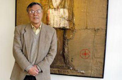 El pintor chino Pei-Shen Qian, ante una de sus obras.