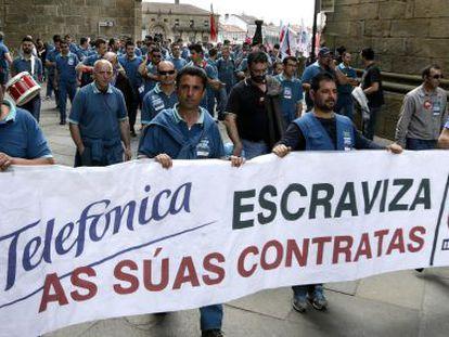 Un grupo de trabajadores de subcontratas de Telefónica manifestándose Santiago de Compostela en demanda de mejores condiciones laborales