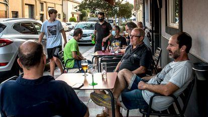 Unos clientes toman un aperitivo en la terraza del Gi-Gi, en el municipio de Quart, en la provincia de Girona. / TONI FERRAGUT