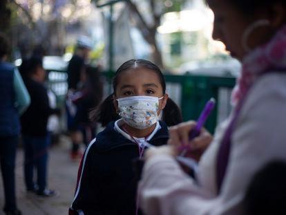 Una niña con mascarilla, hoy en Ciudad de México.