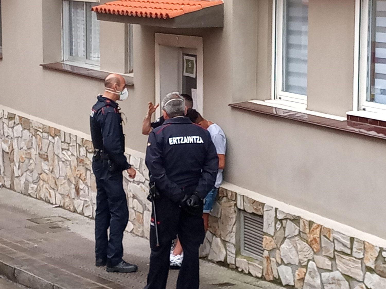 Intervención de la Ertzaintza en Portugalete para desalojar a unos okupas, el pasado mes de junio.