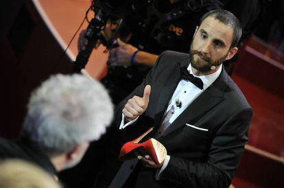 Dani Rovira, en un momento de la presentación de los Goya 2017, cuando se calzó unos tacones de tacón rojos.