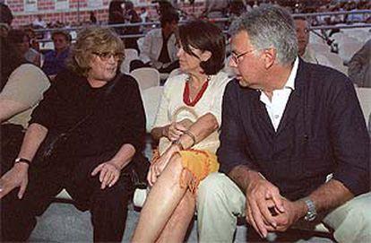 La viuda de Gila, María Dolores Cabo (a la izquierda), charla con Felipe González y Carmen Romero durante el acto.