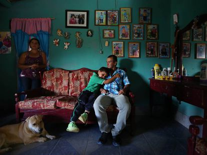 Alirio, de 42 años (en la imagen, con su hijo y su esposa) es uno de los habitantes de la región colombiana de Antioquía que están siendo estudiados por su relación con el alzhéimer.