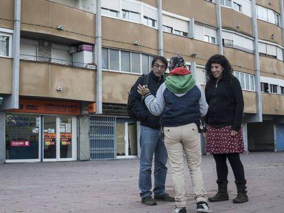 Los educadores sociales Luis Córdova y Sandra Queraltó atienden a una vecina de Ciutat Meridiana.