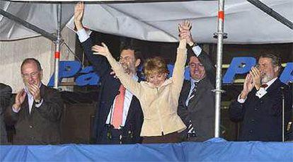Esperanza Aguirre, flanqueada por Rato, Rajoy, Ruiz-Gallardón y Mayor Oreja, celebra la victoria en el balcón de la sede del PP.