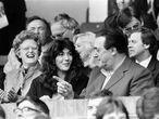 Robert Maxwell y su hija Ghislaine viendo un partido de fútbol  1984.