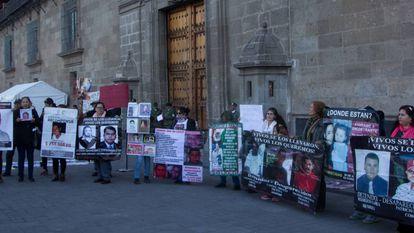 Protesta de familiares de desaparecidos, este lunes.