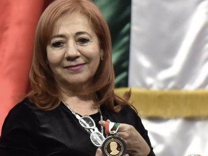 Rosario Piedra, con la medalla Belisario Domínguez, otorgada a su madre.