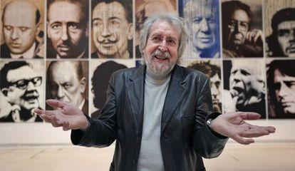 Antoni Miró, ayer, en el IVAM, frente a los retratos de grandes personajes de la historia y la cultura universal y valenciana.