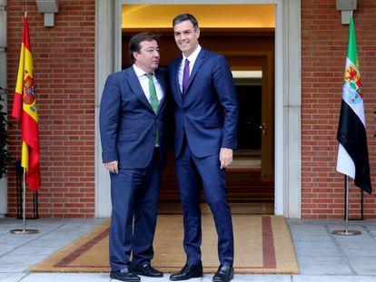 Pedro Sánchez con el presidente extremeño, Guillermo Fernández Vara, en La Moncloa.