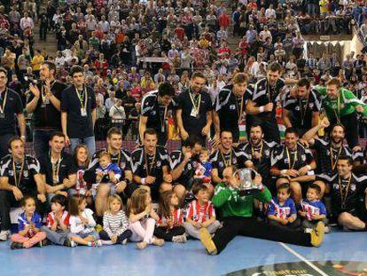 Los jugadores del Atlético celebran el título de la Copa.