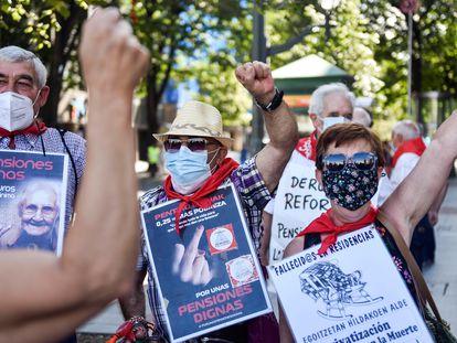 El Movimiento de Pensionistas de Bizkaia en la manifestación de este lunes para reivindicar unas pensiones públicas dignas. Entre las pancartas, algunas denunciaban las muertes en las residencias por la covid-19.
