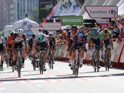 El ciclista belga del Alpecin Fenix, Jasper Philipsen (3d) consigue la victoria en la segunda etapa de la Vuelta a España.