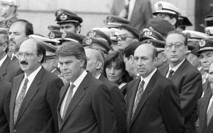 Felipe González, en el centro, y Luis Roldán, a la derecha, en 1992.