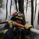 Athens (Greece), 05/08/2021.- A firefighter battles a wildfire burning a forest in the Kryoneri area, near Athens, Greece, 05 August 2021. More firefighters and support by air have been added to the forces battling the resurgence of the fire in Varybobi, north of Athens. A total of nine helicopters and four airplanes are dropping water on the fire, which is out of control. Police has blocked traffic on all roads leading to Varibobi and fire fronts, near the former royal estates in Tatoi. The rekindling of the fire, aided by heatwave temperatures and winds, has led to the evacuations of Ippokratios Politia and Drossopigi. (Incendio, Grecia, Atenas) EFE/EPA/KOSTAS TSIRONIS