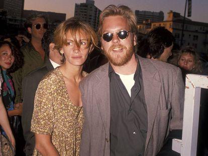 Julia Roberts y Kiefer Sutherland asistiendo al estreno de la pelicula 'La Jungla 2: Alerta roja'. Era 1990 y su relación era documentada a diario en los periódicos.