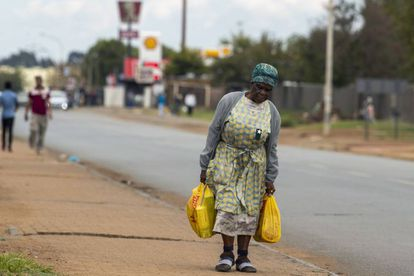 En un barrio del este de Johannesburgo, una residente local camina de vuelta a casa. En pleno confinamiento de Sudáfrica para contener la covid-19, la población más vulnerable vive al día.