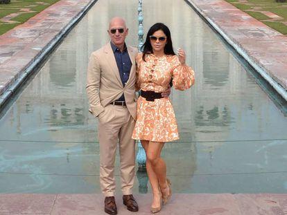 El presidente ejecutivo de Amazon, Jeff Bezos, y su novia, Lauren Sanchez, posan durante su visita al Taj Mahal en Agra (India) este martes 21 de enero. En vídeo, el ministro de Exteriores saudí habla sobre el caso.