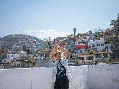 El actor Daniel García Treviño posa para una fotografía en una azotea en la colonia Independencia en Monterrey, México.