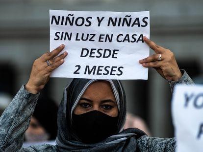 Una vecina de la Cañada Real protesta contra la falta de suministro eléctrico.
