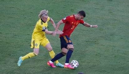 Ferran Torres (a la derecha) es presionado durante una jugada del encuentro entre España y Suecia del pasado lunes.