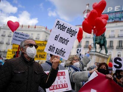 Manifestantes se concentran a favor de la aprobación de la ley de eutanasia en la Puerta del Sol en Madrid el 18 de febrero de 2021.