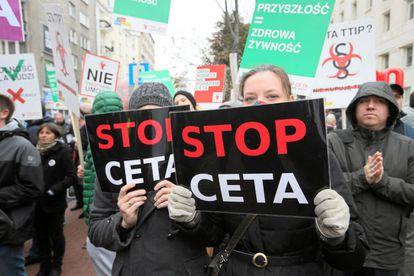Manifestantes en contra del TTIP y el CETA en Polonia.