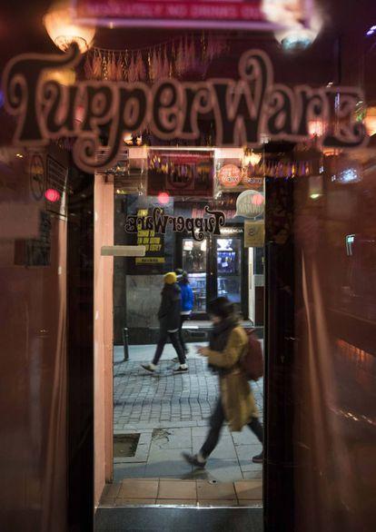 Una chica pasa por delante de la puerta del Tupperware.