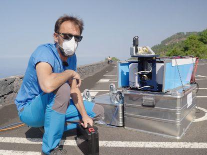 El investigador de AEMET Ramón Ramos junto al instrumental instalado en Fuencaliente.