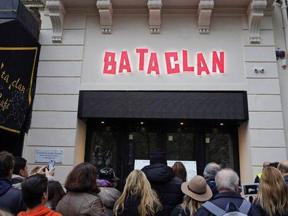 Gente en la puerta de Bataclan, este domingo