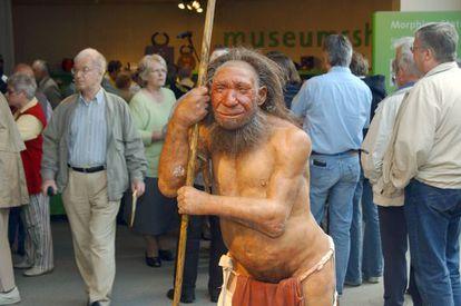 Figura de un hombre neandertal en la puerta del museo de los Neandertales en Mettmann (Alemania).