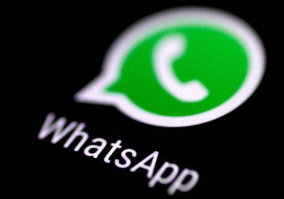 Logo de WhatsApp en la pantalla de un teléfono.