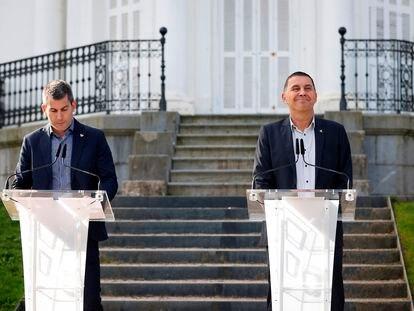 El coordinador general de EH Bildu, Arnaldo Otegi, y el secretario general de Sortu, Arkaitz Rodríguez, el 18 de octubre en San Sebastián.
