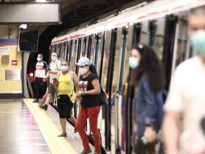 Pasajeros con mascarilla en la estación de Metro de San Bernardo, el 22 de junio.