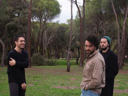 De izquierda a derecha, Xoán Domínguez, Santiago Hernández y Sebastián Hernández, componentes de Zuaraz.