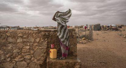 Una mujer lucha contra el viento en el campo de desplazados de Hodo, en el norte de Somalia.