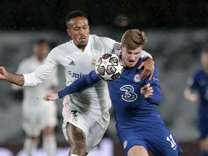 Militão pugna por un balón con Werner durante el Real Madrid-Chelsea de la ida de la semifinales de la Champions.