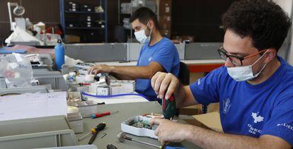 Montaje del respirador Vitae 40, utilizado en los pacientes de Covid, en la planta de fabricación de Hersill, en Móstoles (Madrid).