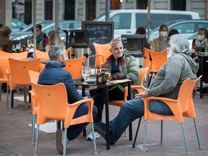 En la imagen, varios clientes sentados en terrazas de bares en el barrio valenciano de Russafa.