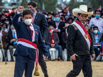 Guido Bellido, a la izquierda, y Pedro Castillo, el 29 de julio en Ayacucho, en el sur de Perú.