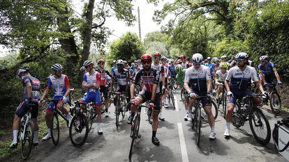 Los ciclistas se plantan a la salida de la cuarta etapa del Tour.