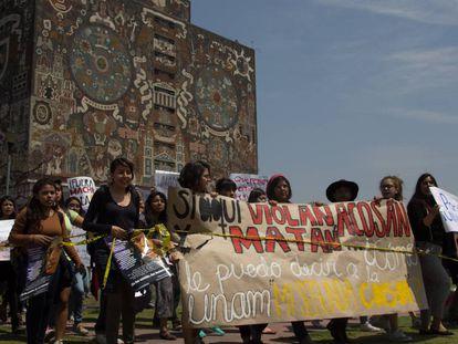 Manifestación contra la violencia de género frente a la rectoría de la Universidad Nacional Autónoma de México.