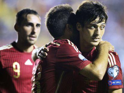 Alba felicita a Silva tras un gol.